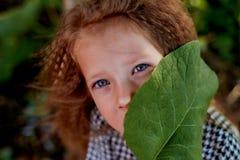 Das Baby ist 4 Jahre, mit blauen Augen und kleinen Locken alt Kind-` s Genuss des Lebens und der Abenteuer Warmer goldener Sonnen stockfoto