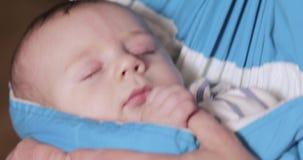 Das Baby liegt in einem Riemen stock video footage