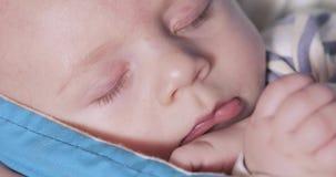 Das Baby liegt in einem Riemen stock video