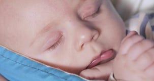 Das Baby liegt in einem Riemen stock footage