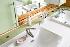 Das Badezimmer in einem rustikalen Blockhaus, in den Bergen mit einem schönen Innenraum Haus von Kiefernklotz Stockfoto