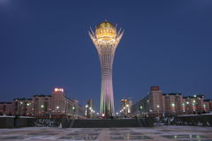 Das Baiterek in Astana auf Winternacht Stockbild