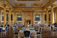 Das Ballsaal und das Restaurant in der klassischen Art 3d übertragen lizenzfreies stockbild