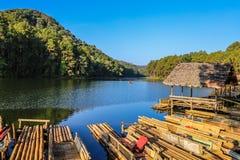 Das Bambusfloss bei Pang Ung, Mae Hong Son, Thailand stockbild
