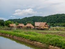 Das Bambushäuschen, der einfache Lebensstil eines thailändischen Landwirts lizenzfreie stockbilder