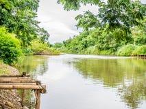Das Bambushäuschen, der einfache Lebensstil eines thailändischen Landwirts lizenzfreies stockbild
