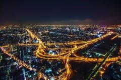 Das Bangkok-Nachtleben und -beleuchtung von der Landstraße nachts lizenzfreies stockfoto