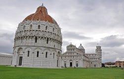 Das Baptisterium der Dom Santa Maria Assunta und der Turm von Pi Royalty-vrije Stock Afbeeldingen