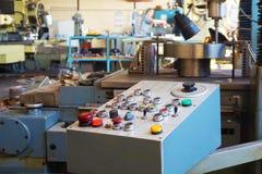 Das Bedienfeld der Maschine mit cnc für die Verarbeitung des Materials am Maschine-bildenden Unternehmen lizenzfreie stockfotografie