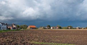 Das Bedrohen bewölkt sich über einem gepflogenen Feld im Herbst lizenzfreie stockfotos