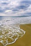Das Bedrohen bewölkt sich auf einen Strand in Sanya, südlich von China stockfotos