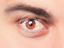 Das Begriffsbild des digitalen Auges eines jungen Mannes Lizenzfreie Stockbilder