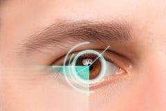 Das Begriffsbild des digitalen Auges eines jungen Mannes Stockfoto