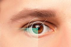 Das Begriffsbild des digitalen Auges eines jungen Mannes Stockfotos
