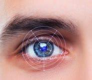 Das Begriffsbild des digitalen Auges eines jungen Mannes Stockbild