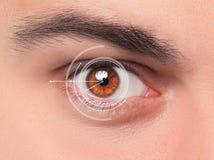 Das Begriffsbild des digitalen Auges eines jungen Mannes Stockfotografie