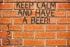 Das Begriffshandschriftdarstellen halten Ruhe und haben ein Bier Geschäftsfoto, das Relax zur Schau stellt, ein kaltes Getränk mi lizenzfreies stockbild