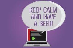 Das Begriffshandschriftdarstellen halten Ruhe und haben ein Bier Geschäftsfototext Relax genießen ein kaltes Getränk mit Freunde  stockbild