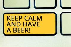 Das Begriffshandschriftdarstellen halten Ruhe und haben ein Bier Geschäftsfototext Relax genießen ein kaltes Getränk mit Freunden stockbild