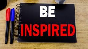 Das Begriffshandschrifttexttiteldarstellen wird angespornt Geschäftskonzept für Inspiration und Motivation geschrieben auf klebri lizenzfreie stockfotos