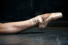 Das Bein der Nahaufnahmeballerina in den pointes auf dem Schwarzen Lizenzfreies Stockfoto