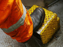 Das Bein des Bohrers, das auf der Ausrüstungs-Abdeckung steht Stockbilder