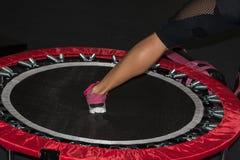 Das Bein-Nahaufnahme der Frau: Eignung auf Mini Trampoline Stockfotografie