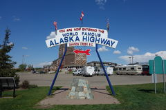 Das berühmte Alaska-Landstraßenzeichen Stockfoto