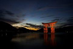 Das berühmte sich hin- und herbewegende torii Tor auf Miyajima-Insel Stockfoto