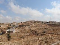 Das Berberdorf von Provinz Tamezret Gabes in der heißen Wüste von Nord-Afrika in Tunesien lizenzfreies stockfoto