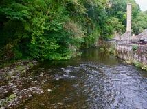 Das Bergwerk durch den Fluss lizenzfreie stockbilder