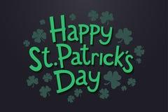 Das Beschriften glücklichen St- Patrick` s Tages mit Klee verlässt Lokalisierte Gegenstände auf dunklem Hintergrund stock abbildung