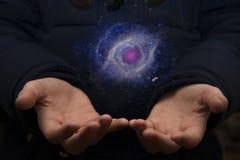 Das beträchtliche Universum in den Händen eines Kindes Elemente dieses imag Stockfotografie