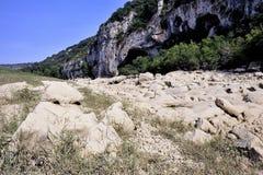 Das Bett des Flusses Gardon vollständig trocken Lizenzfreies Stockfoto