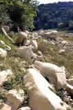 Das Bett des Flusses Gardon vollständig trocken Stockfotos