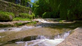 Das Bett des Flusses Olkhovka, in städtischem, medizinisch, Erholungsort, alpiner Park von Kislovodsk stock video