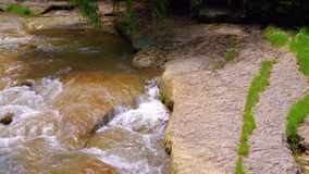 Das Bett des Flusses Olkhovka, in städtischem, medizinisch, Erholungsort, alpiner Park von Kislovodsk stock footage