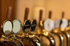 Das Bier klopft in einer Kneipe mit unterschiedlichem kinde des Handwerksbieres lizenzfreies stockfoto