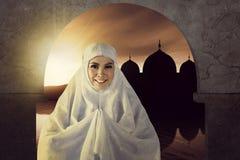 Das Bild der asiatischen moslemischen Frau beten zum Gott mit Moschee backgr Lizenzfreie Stockfotos