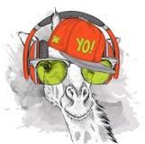 Das Bild der Giraffe in den Gläsern, Kopfhörer und im Hip-Hop-Hut Auch im corel abgehobenen Betrag Lizenzfreies Stockbild