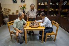 Das Bild von thailändischen Schach-Spielern spielt Schach Stockfotografie