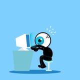 Das blaue Auge, das schwer mit Computer arbeitet Stockbild