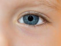 Das blaue Auge des Kindes. Lizenzfreie Stockfotos