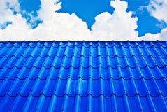 Das blaue Dach naß gegen blauen Himmel Stockfotografie