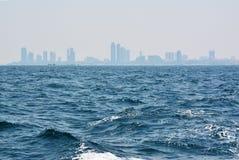 Das blaue Meer mit Stadt Stockfotos