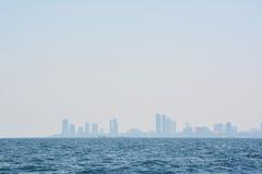 Das blaue Meer mit Stadt Stockfoto