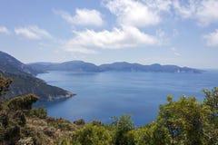 Das blaue Meer nahe assos, Kefalonia stockfotos
