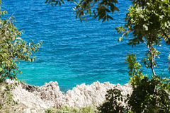 Das blaue Meer und die Küstenfelsen Lizenzfreie Stockbilder