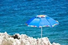 Das blaue Meer und die Küstenfelsen Lizenzfreies Stockbild