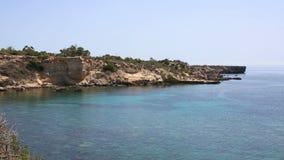 Das blaue Meer und die schöne Bucht stock video